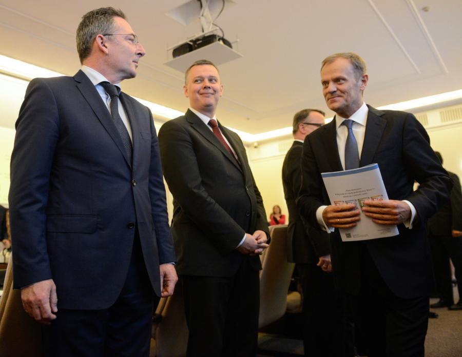 Donald Tusk wchodzi na posiedzenie rządu. Od lewej: szef MSW Bartłomiej Sienkiewicz i szef MON Tomasz Siemoniak