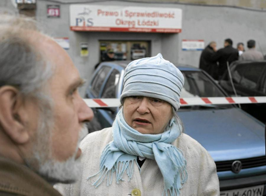 Janina Goss przed łódzką siedzibą Prawa i Sprawiedliwości