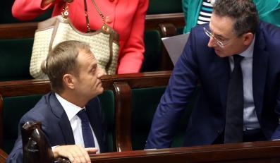 Premier Donald Tusk i minister spraw wewnetrznych Bartłomiej Sienkiewicz