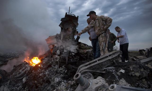 Samolot zestrzelony nad Ukrainą. Zobacz ZDJĘCIA z miejsca katastrofy