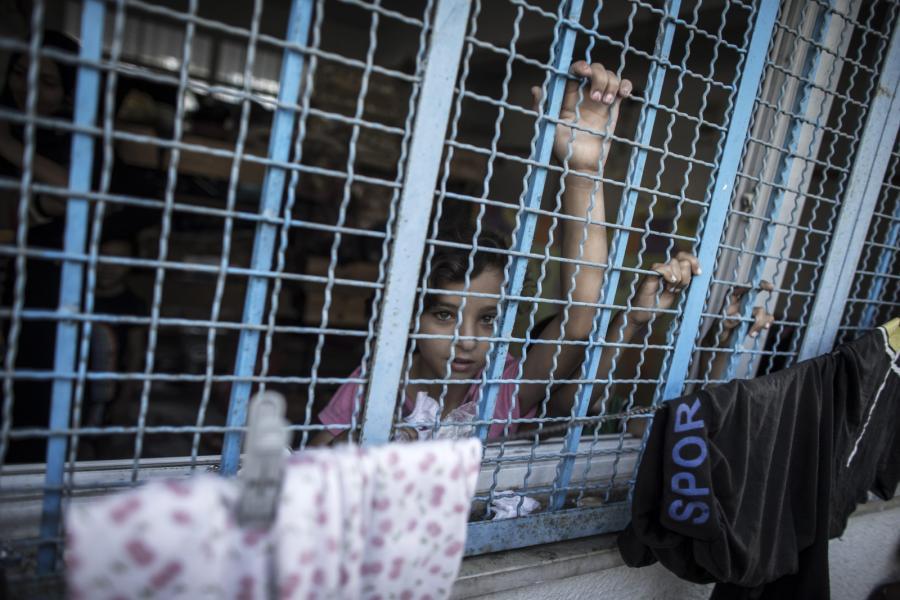 Palestyńska dziewczynka, która wraz z rodziną schroniła się w szkole prowadzonej przez ONZ
