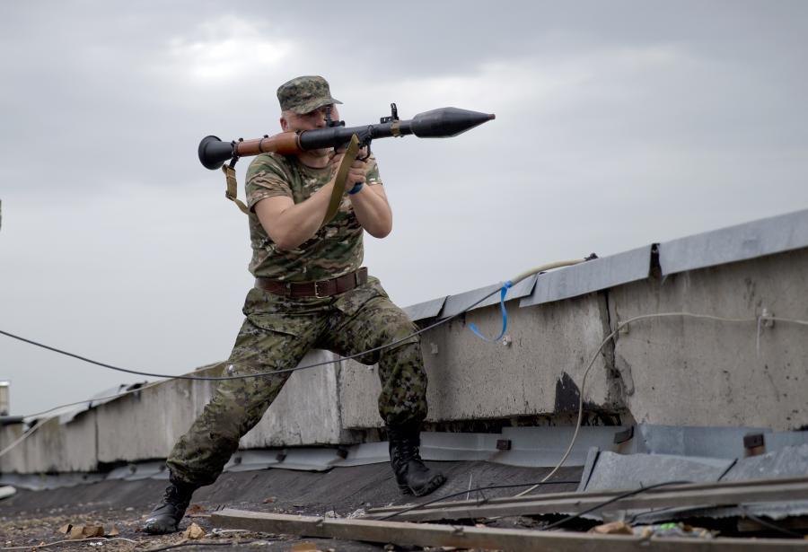 Prorosyjski bojownik z ręczną wyrzutnią rakietową