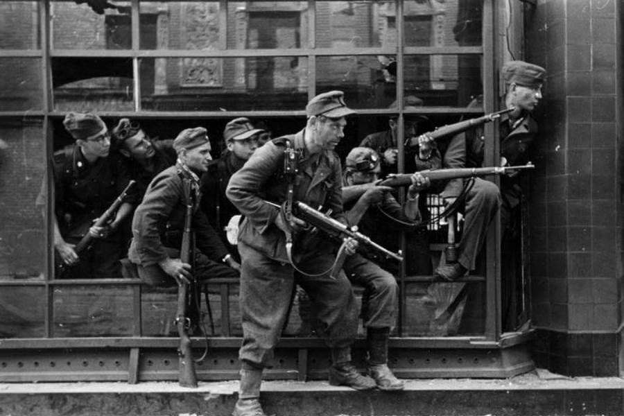 """Kaci Warszawy: """"Dirlewangerowcy"""", żołnierze Oskara Dirlewangera w okolicach ulicy Wolskiej (fot. Bundesarchiv Bild 183-97906)"""