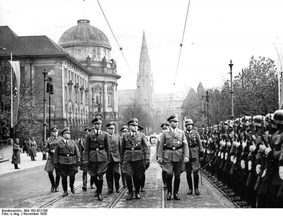 Wilhelm Koppe przed kompanią Wehrmachtu w 1939 rou w Poznaniu (fot. Bundesarchiv, 183-E12108)
