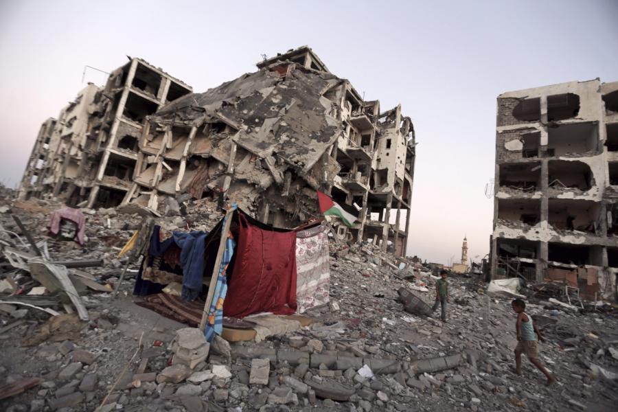 Namiot wśród ruin w Strefie Gazy