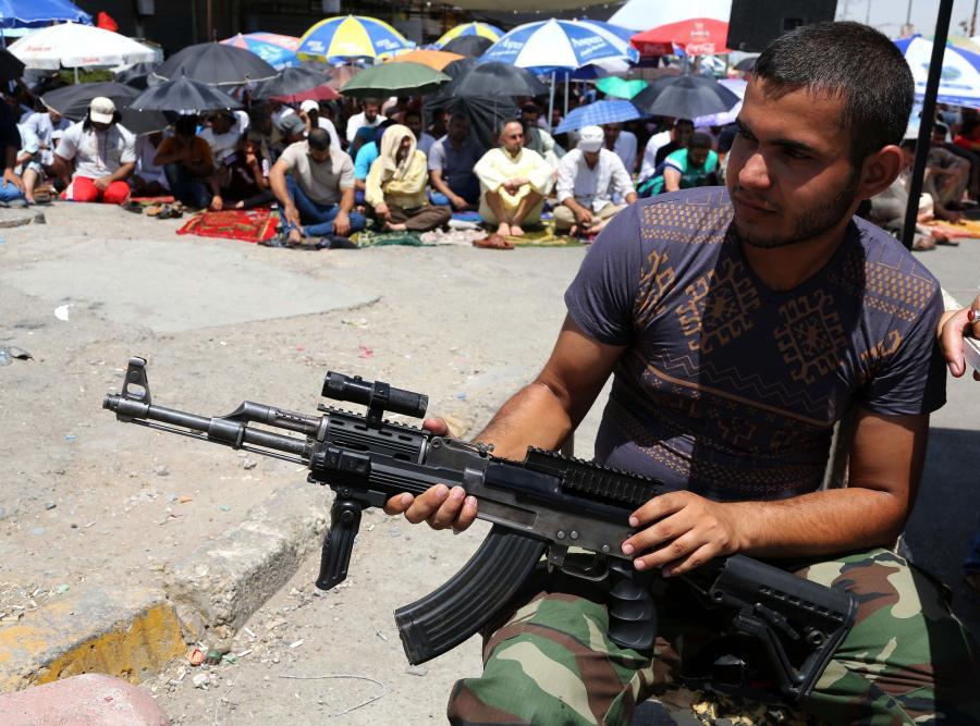 Szyicki bojówkarz w Mieście Sadra, jednej z dzielnic Bagdadu
