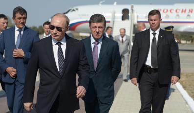 Władimir Putin po wyjściu z samolotu
