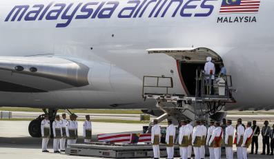 Do Malezji przyleciał samolot z ciałami ofiar katastrofy boeinga na Ukrainie