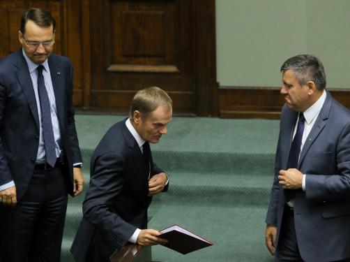 Tusk i ministrowie występują w Sejmie. Z sali słychać głos: Ilu pan ludzi oszukał w tym kraju? RELACJA NA ŻYWO
