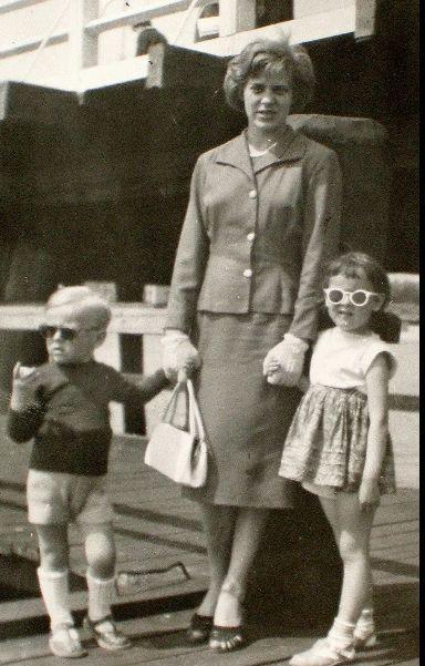 Donald Tusk jako dziecko z mamą i siostrą