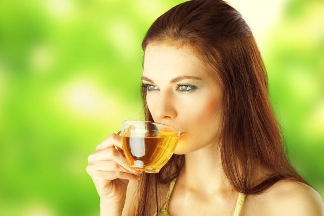 Kobieta pijąca herbatkę ziołową