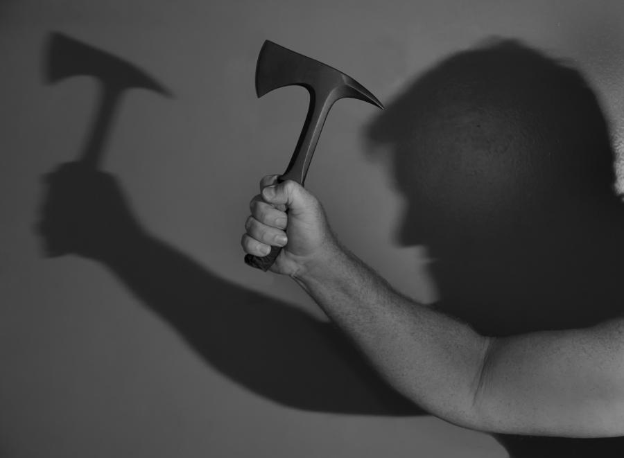Mężczyzna z narzędziem zbrodni