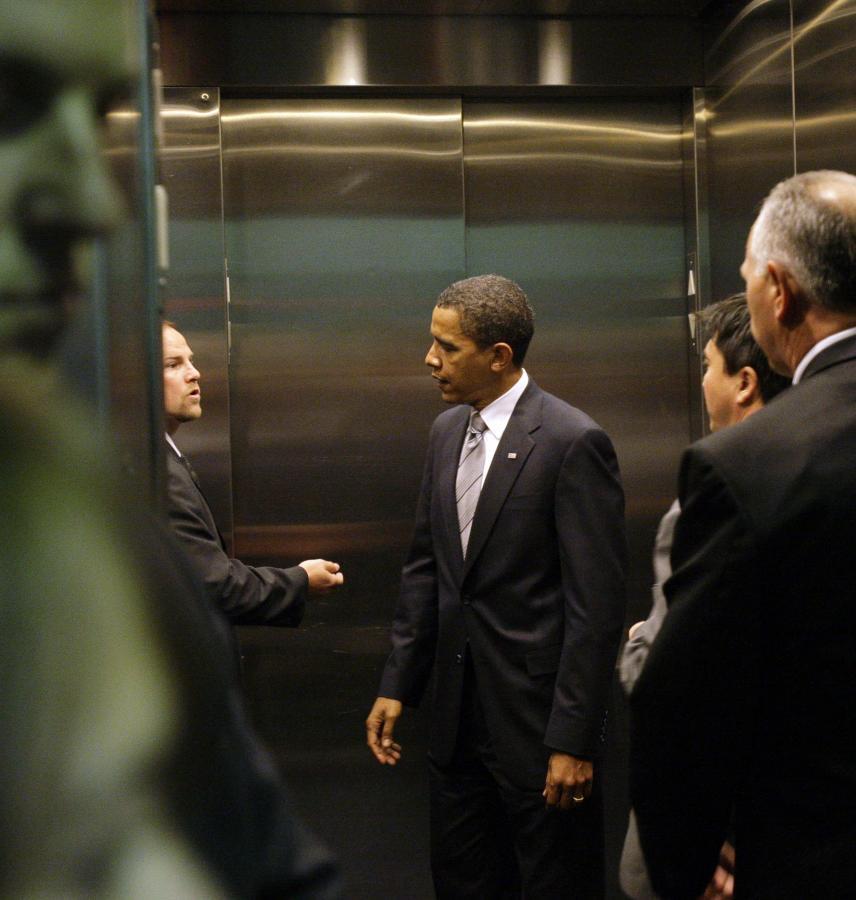 Barack Obama w windzie. Fotografia z października 2008 roku