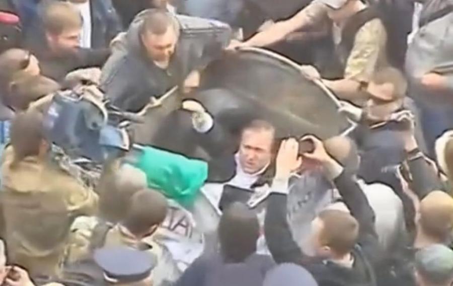 Witalij Żurawski wrzucony do śmietnika przez tłum