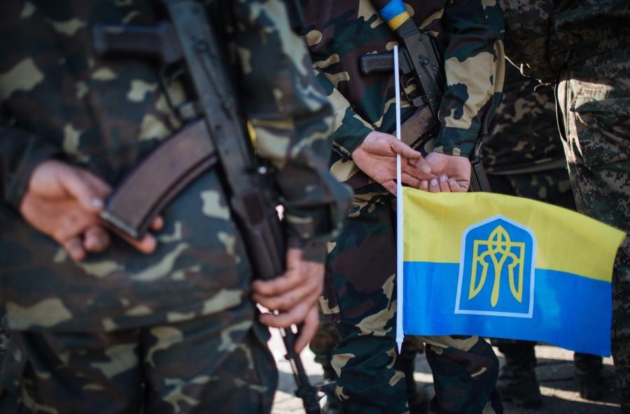 Żołnierz z ukraińską flagą