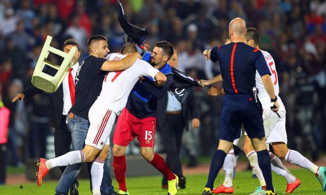 Dron przerwał mecz w Belgradzie. Piłkarze z Albanii i Serbii pobili się o flagę. ZDJĘCIA