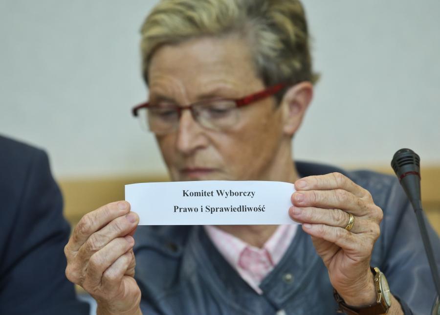 Członek PKW Maria Aleksandra Grzelka, podczas losowania numerów list wyborczych komitetów wyborczych o zasięgu ogólnopolskim