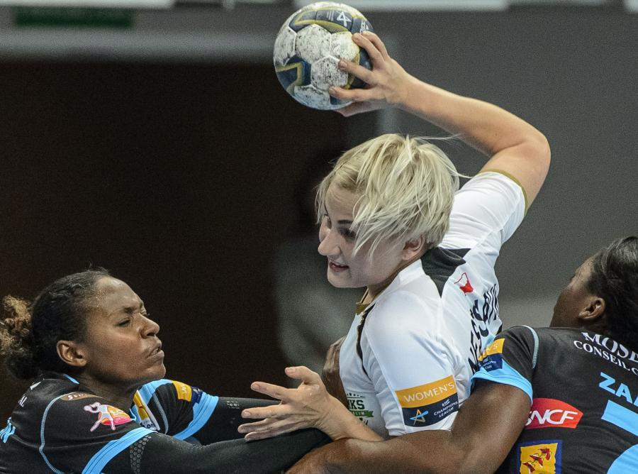Zawodniczka MKS Selgros Lublin Walentina Nestsiaruk (C) blokowana przez Paule Baudouin (L) i Grace Zaadi Deunę (P) z Metz Handball podczas meczu grupy D Ligi Mistrzyń piłkarek ręcznych