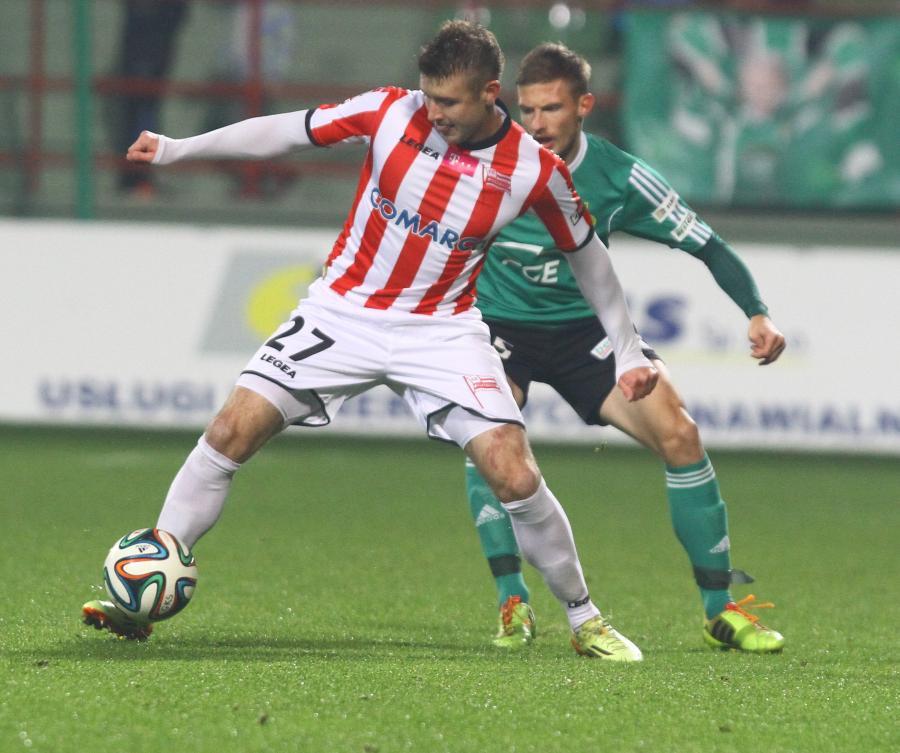 W akcji z piłką Marcin Budziński (L) z Cracovii przed Adamem Mójtą (P) z miejscowego GKS w meczu T-Mobile Ekstraklasy