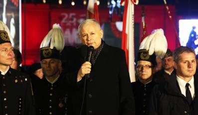 Prezes PiS Jarosław Kaczyński przemawia przed Pałacem Prezydenckim w Warszawie