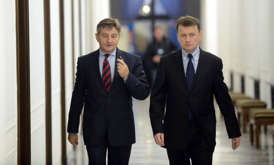 Posłowie PiS, wicemarszałek Sejmu Marek Kuchciński (C) i szef klubu Mariusz Błaszczak w drodze na Konwent Seniorów w Sejmie