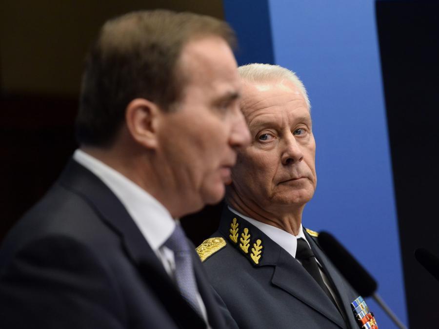 Premier Szwecji Stefan Lofven i szef sił zbrojnych Sverker Goranson