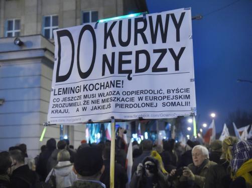 """Gwałtowny protest przed PKW. """"Leśne dziadki do odsiadki!"""". Demonstranci wdarli się do środka"""