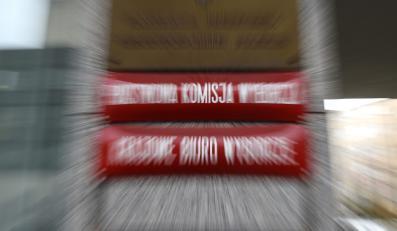 """Tablice informacyjne """"Państwowa Komisja Wyborcza"""" i """"Krajowe Biuro Wyborcze"""" na budynku siedziby PKW w Warszawie"""