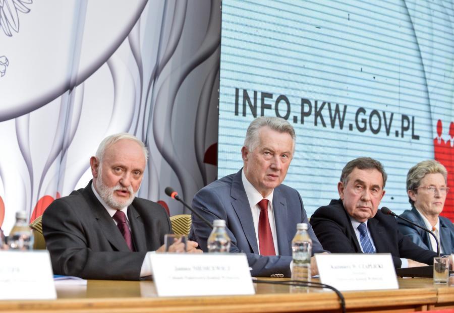Członkowie PKW (od lewej): sekretarz Kazimierz W. Czaplicki, przewodniczący Stefan Jaworski, zastępca przewodniczącego Andrzej Kisielewicz i Maria Grzelka