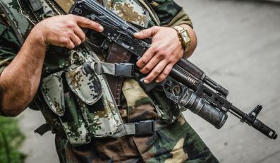 Uzbrojony mężczyzna w Doniecku na wschodzie Ukrainy