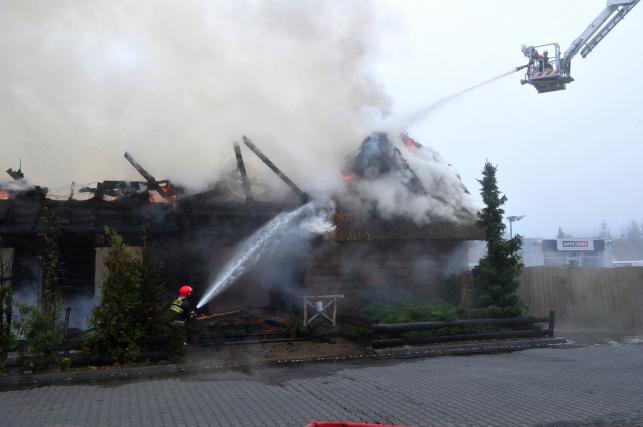 """Dogaszanie pożaru w Szczecinie. Spłonęła restauracja """"Chałupa"""""""