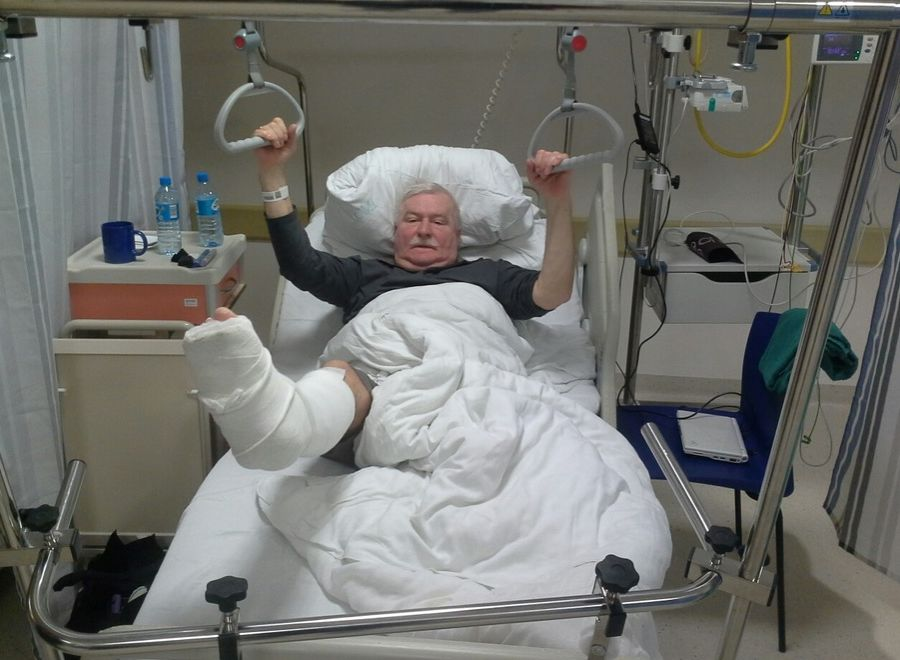 Lech Wałęsa na szpitalnym łóżku (Fot. www.wykop.pl/ludzie/lechwalesa/)