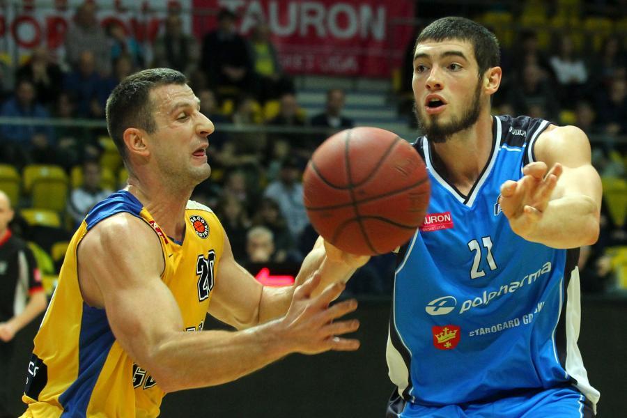 Koszykarz Asseco Gdynia Piotr Szczotka (L) walczy o piłkę z Tony\'m Meierem (P) z Polpharmy Starogard Gdański