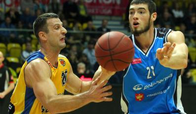 Koszykarz Asseco Gdynia Piotr Szczotka (L) walczy o piłkę z Tony'm Meierem (P) z Polpharmy Starogard Gdański