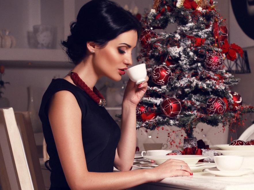 Kobieta na świątecznym przyjęciu