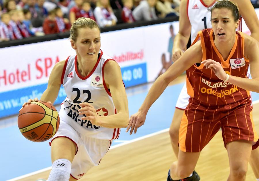 Koszykarka Wisły Can-Pack Kraków Alexandria Quigley (L) mija Queralt Casas (P) z Galatasaray Stambuł podczas meczu Euroligi