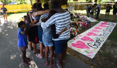 Mieszkańcy oddają hołd zamordowanym dzieciom