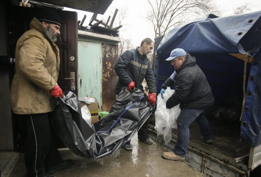 Członkowie organizacji pozarządowych w Ługańsku przenoszą zwłoki żołnierza
