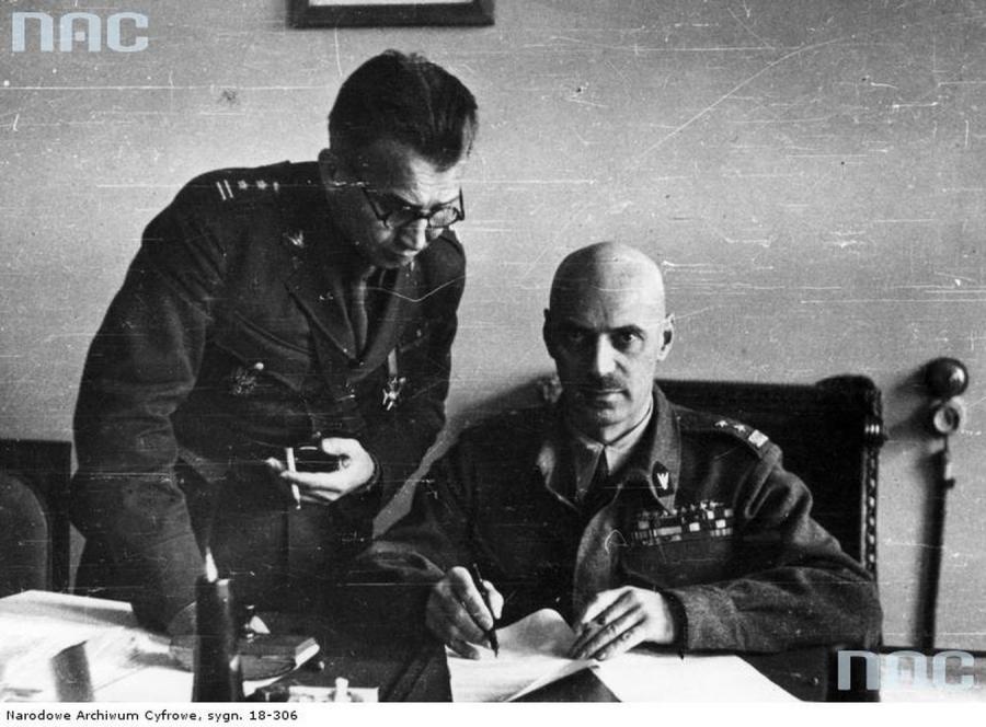 Gen. Władysław Anders - dowódca Armii Polskiej w ZSRR i płk. dypl. Leopold Okulicki, w gabinecie gen. Andersa.