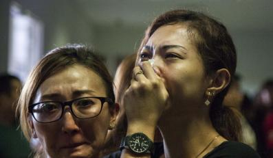 Rodziny pasażerów zagnionego samolotu Air Asia czekają na lotnisku