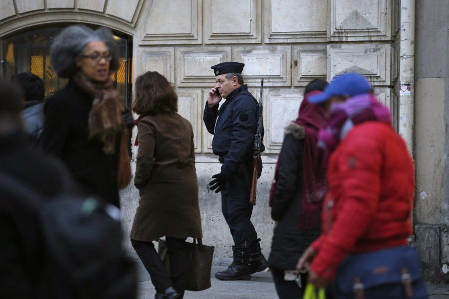 Policjant na ulicy Paryża
