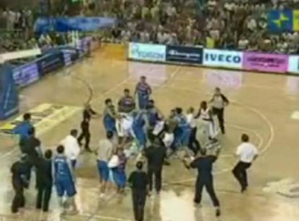 Zobacz ogromną bójkę koszykarzy na parkiecie