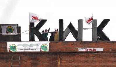 """Protest na dachu jednego z budynkówu na terenie ruchu """"Centrum"""" w KWK Bobrek-Centrum w Bytomiu"""