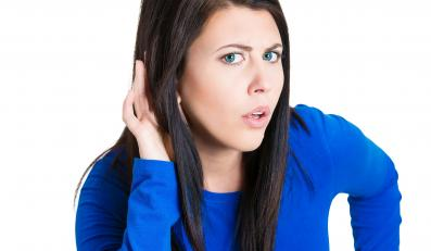 Kobieta nasłuchuje