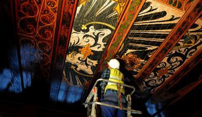 Czarny orzeł, symbol króla Prus Fryderyka Wilhelma I Pruskiego odkryty na suficie w Komendzie Wojewódzkiej Policji w Szczecinie