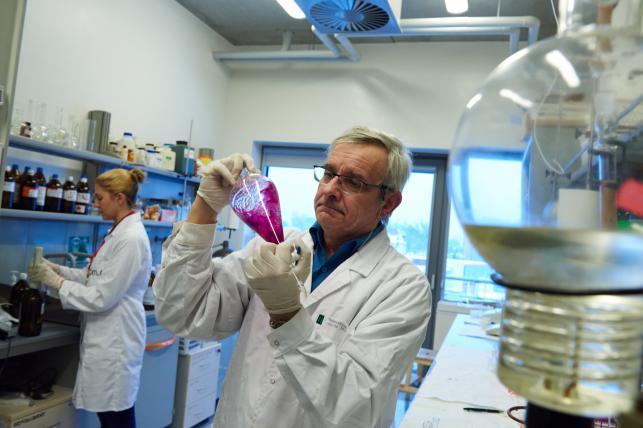 Prof. Franciszek Kasprzykowski i dr Maria Smużyńska z zespołu polskich naukowców z Katedry Chemii Biomedycznej Uniwersytetu Gdańskiego