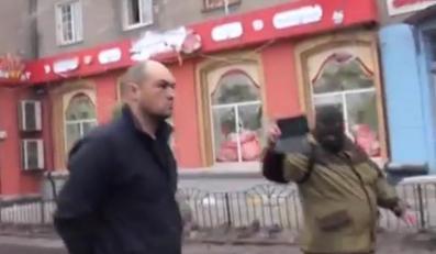 Pułkownik Oleg Micak, wzięty do niewoli przez separatystów, na miejscu ostrzału przystanu w Doniecku