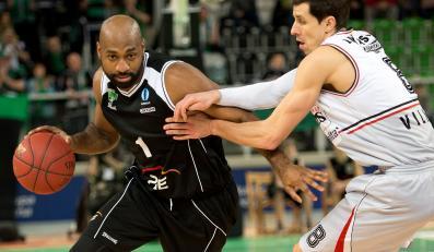 Koszykarz PGE Turów Zgorzelec Mardy Collins (L) mija Mindaugasa Lukauskisa (P) z Lietuvos Rytas Wilno