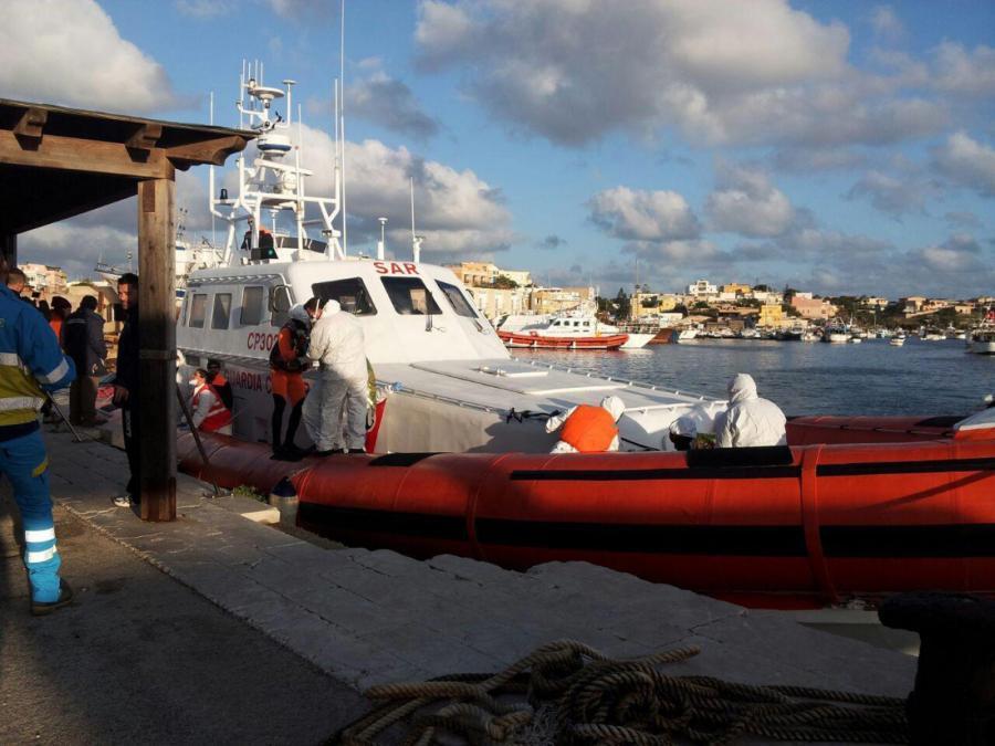 Włoska straż przybrzeżna na Lampedusie