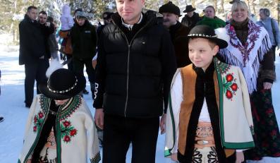 Kandydat PiS na prezydenta RP, europoseł Andrzej Duda w drodze na konferencję prasową przy dolnej stacji kolejki linowej na Kasprowy Wierch w Kuźnicach